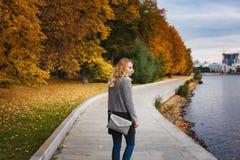 женщина парка осени гуляя Стоковое Изображение