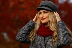 женщина парка осени красивейшая Предпосылка сада красного клена Стоковое Фото