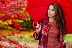 женщина парка осени красивейшая Стоковые Изображения