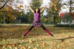 женщина парка осени радостная скача Стоковое Фото