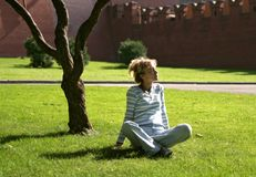 женщина парка ослабляя Стоковые Фотографии RF