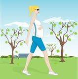 женщина парка супоросая гуляя Стоковое Изображение RF