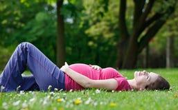 женщина парка супоросая ослабляя Стоковое фото RF