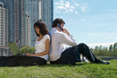 женщина парка человека сидя Стоковые Изображения RF
