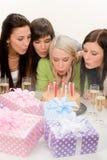 женщина партии свечки торта дня рождения дуя стоковое изображение rf