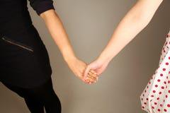 женщина пар вручает удерживание стоковое изображение
