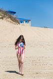 Женщина патриота красивая идя на пляж в июле стоковое изображение rf