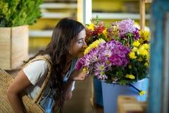 Женщина пахнуть пуком цветков Стоковая Фотография