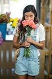 Женщина пахнуть пуком цветков Стоковые Фотографии RF
