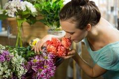 Женщина пахнуть пуком цветков Стоковая Фотография RF