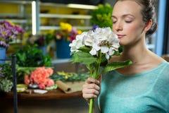 Женщина пахнуть пуком цветков Стоковые Изображения RF