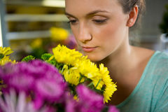 Женщина пахнуть пуком цветков Стоковые Изображения