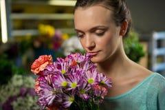 Женщина пахнуть пуком цветков Стоковое Фото