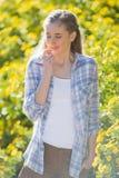 Женщина пахнуть цветком Стоковое фото RF