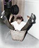Женщина падая в корзину (все показанные люди более длинные живущие и никакое имущество не существует Гарантии поставщика что там  стоковая фотография rf