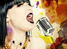 Женщина певицы с микрофоном Стоковое Изображение RF