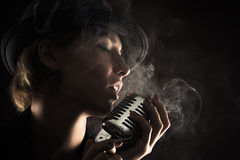 Женщина певицы с ретро микрофоном Стоковые Фотографии RF