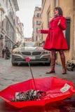 Женщина певицы улицы в красном цвете Стоковая Фотография RF
