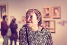 Женщина пенсионера в музее изобразительных искусств Стоковое фото RF