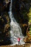 Женщина перед водопадом стоковое фото rf