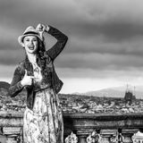 Женщина перед городским пейзажем Барселоны обрамляя с руками стоковое изображение rf
