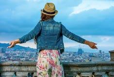 Женщина перед городским пейзажем ликование Барселоны, Испании стоковые изображения rf