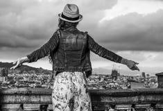 Женщина перед городским пейзажем ликование Барселоны, Испании стоковые фото