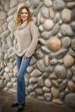 Женщина перед каменной стеной стоковые изображения rf