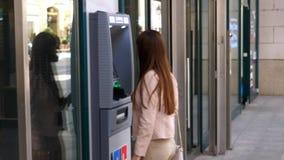 Женщина перед машиной ATM видеоматериал