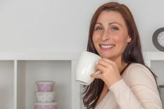 Женщина перерыва на чашку кофе стоковые изображения rf