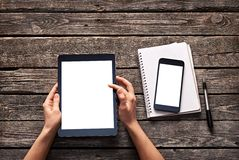 Женщина перечисляет вниз экран цифровой таблетки Стоковые Фотографии RF