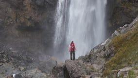 Женщина перед водопадом сток-видео