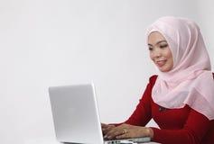 Женщина перед компьтер-книжкой Стоковые Фотографии RF