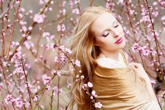 женщина персика сада Стоковое Изображение