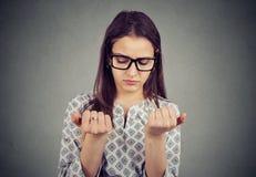 Женщина перфекциониста смотря пальцы пригвождает преследовать о чистоте стоковое фото rf