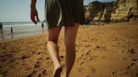 женщина песка гуляя сток-видео