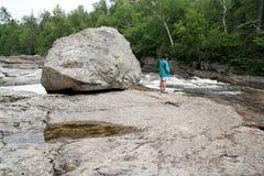 женщина песка реки валуна Стоковое Фото
