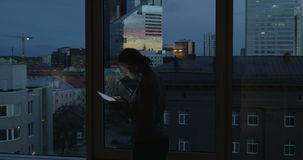 Женщина печатая в таблетке окном акции видеоматериалы