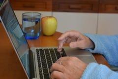 Женщина печатая на клавиатуре ноутбука, конце вверх стоковое изображение rf