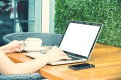 Женщина печатая на кнопочной панели компьтер-книжки Стоковая Фотография