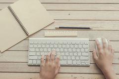 Женщина печатая на клавиатуре компьютера Стоковое Фото