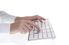 Женщина печатая на клавиатуре Стоковые Фотографии RF