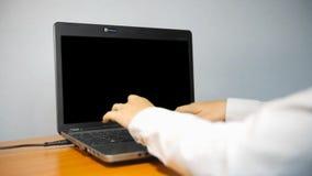 Женщина печатая на портативном компьютере с экраном альфы сток-видео