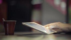 Женщина печатая на сенсорной панели акции видеоматериалы