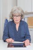Женщина печатая на таблетк-ПК Стоковая Фотография RF