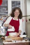 Женщина печет печенье стоковое изображение