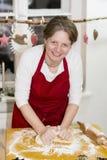 Женщина печет печенье стоковая фотография