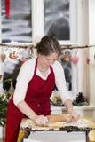 Женщина печет печенье стоковое фото rf
