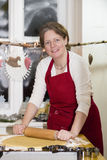 Женщина печет печенье стоковая фотография rf