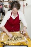Женщина печет печенье стоковые фотографии rf